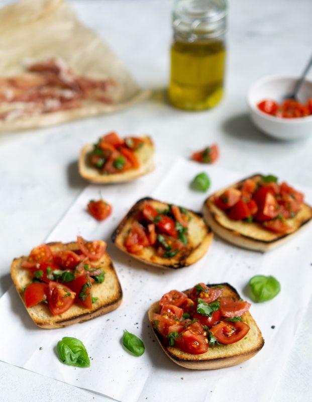 Włoska bruschetta z pomidorami i aromatyzowaną oliwą