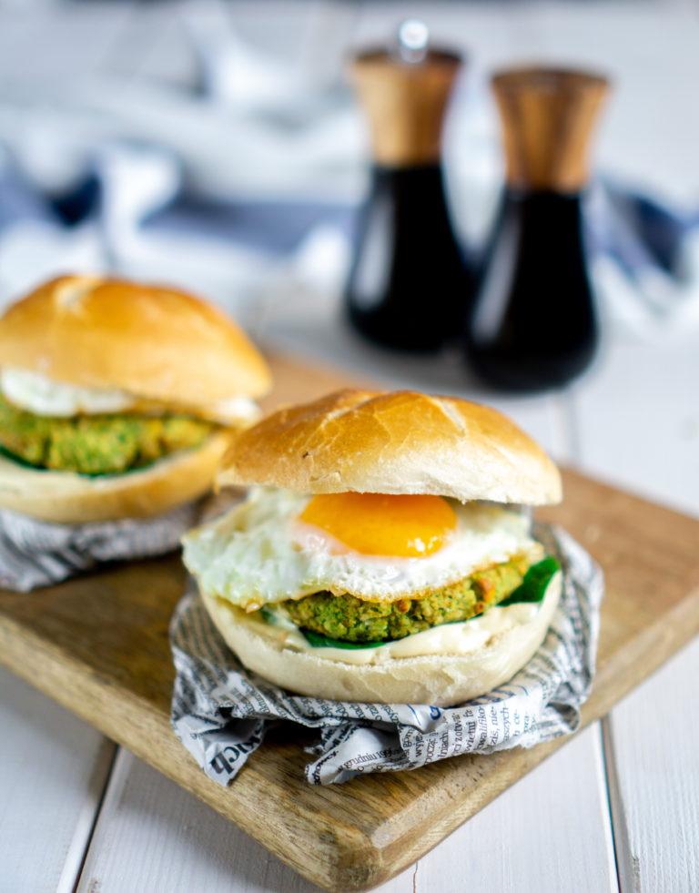 Burger z brokułem i jajkiem sadzonym