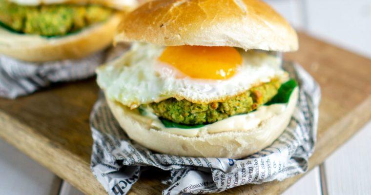 Burger z brokułami i jajkiem sadzonym