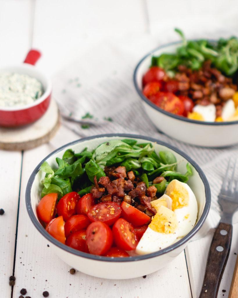 Sałatka z boczkiem, sałatą i pomidorem