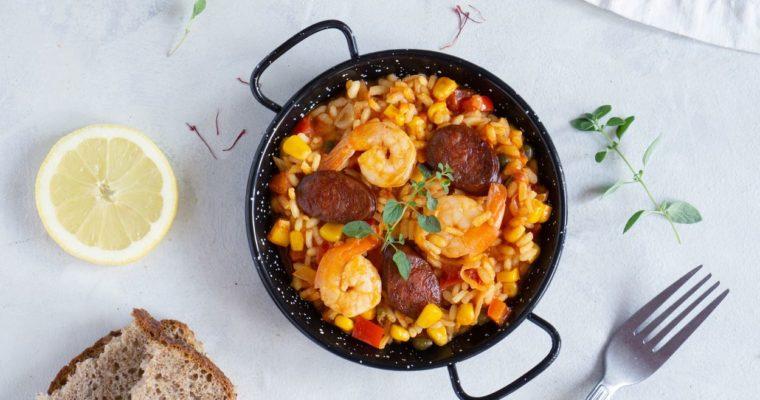 Paella z krewetkami i chorizo