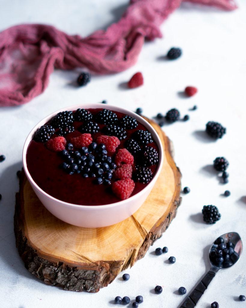 Smoothie bowl z owocami leśnymi
