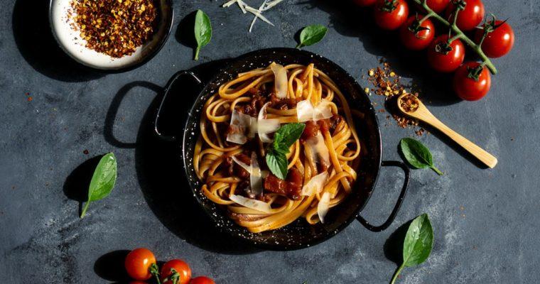 Spaghetti z sosem pomidorowym na winie