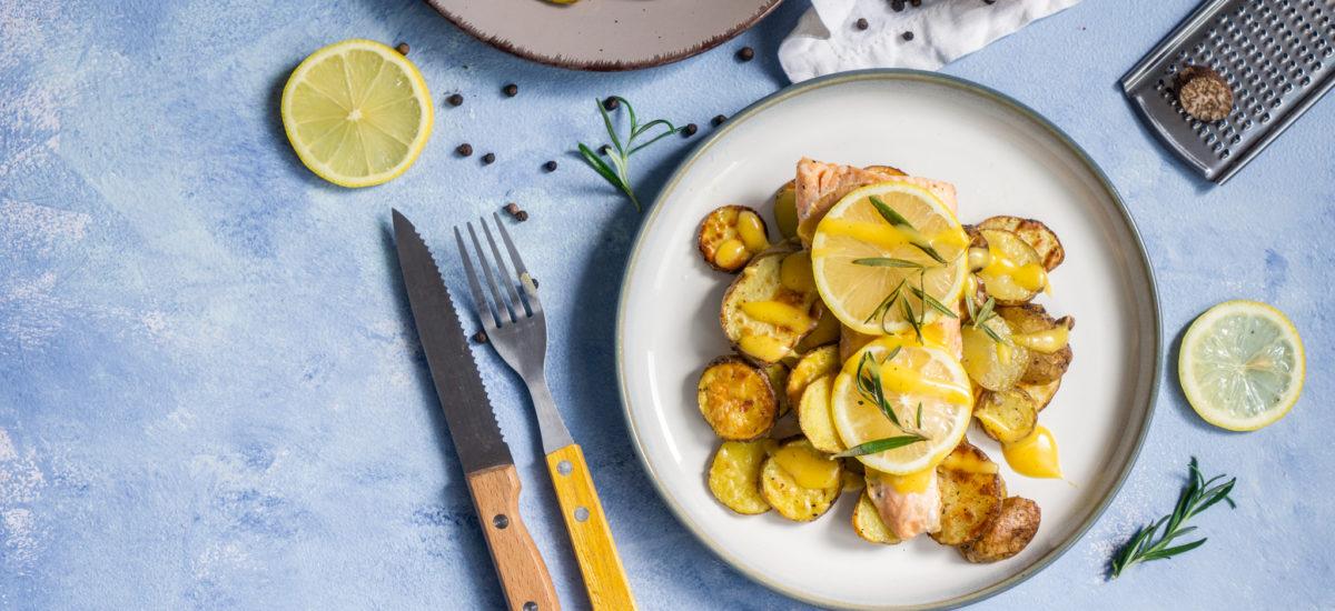 Łosoś z ziemniakami i sosem holenderskim