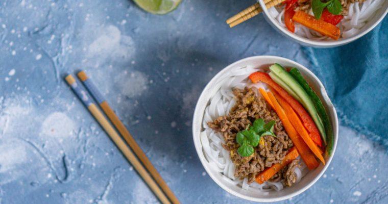 Makaron ryżowy z wołowiną i warzywami