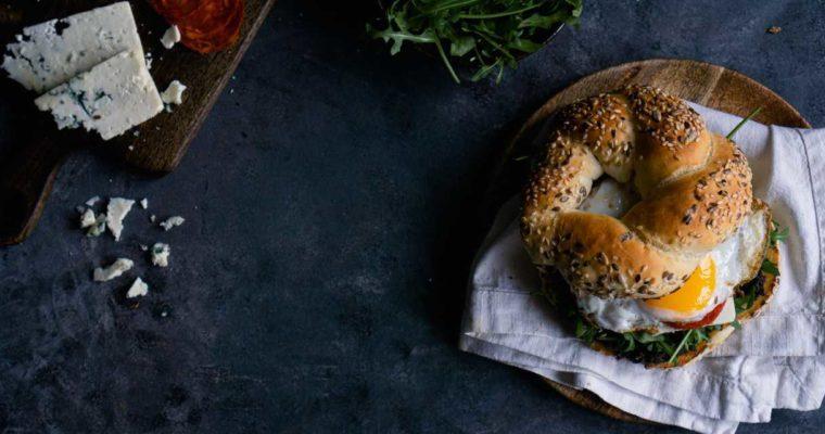 Pomysł na bajgla, jajko sadzone na śniadanie