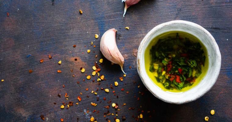 Oliwa z oliwek z czosnkiem, chilli i pietruszką